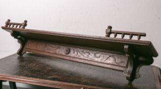 Tellerboard aus der Zeit des Historismus (um 1880/90), Eichenholz, geschnitzt, B. ca. 125cm, T.