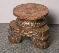 Holzschnitzarbeit einer Konsole (20. Jahrhundert), auf drei volutenartig kräftiggearbeiteten Füßen