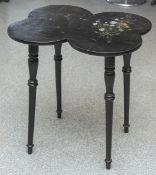 Teetisch (wohl 20. Jahrhundert), Platte in Kleeblattform mit gemaltem Blumendekor,