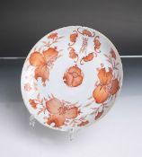 Porzellanteller (China, Unterbodenmarke, Alter und Herkunft unbekannt), in Rostrot bemalt