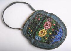 Abendhandtasche aus blauem Leder mit feiner Perlstickarbeit verziert (wohl 19.