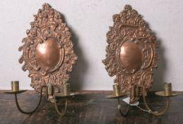 Zwei Wandkerzenhalter aus getriebenem Kupfer (wohl 18. Jahrhundert), 2-flammig, mit