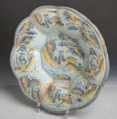 Antike Fächerschale aus Porzellan (wohl China, 17./18. Jahrhundert), polychrom bemalt, Dm.