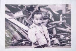 Hassel, Michael von (geb. 1978), Fotoarbeit, Darstellung eines asiatischen Kindes, rs.