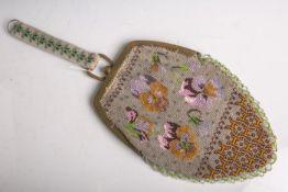 Kl. Handtasche m. feiner Glasperlenstickarbeit (aus der Zeit des Biedermeiers, 1. Hälfte