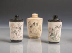 3 Snuffbottle aus Bein (wohl Japan), je m. erotischer Darstellung, farbig gefasst, H. je