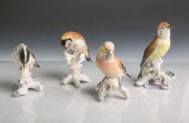 Vier verschiedene Vogelfiguren aus Porzellan (ENS, Unterbodenmarke, wohl 19./20.