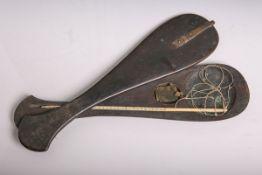 Opiumwaage (wohl China, 18./19. Jahrhundert), Holzgehäuse, m. Elfenbein-Waagbalken,
