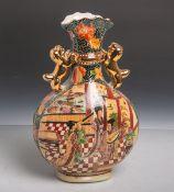 Porzellanvase (China, 20. Jahrhundert), bauchige seitlich abgeflachte Form, farbige