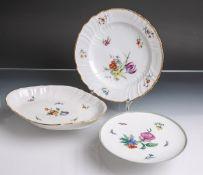 Konvolut von zwei verschiedenen Tellern sowie einer kleinen ovalen Schale aus Porzellan