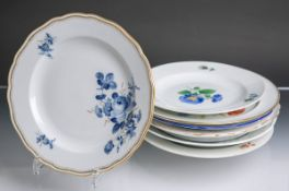 Acht Teller aus Porzellan von Meissen (blaue Unterbodenschwertermarke, wohl 18.-20.