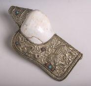 Rituelle Signalmuschel (Nepal, Alter unbekannt), in Silberblech eingearbeitet, Treibarbeit