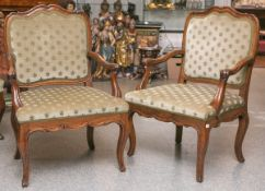 2 gleiche Armlehnsessel (wohl 18. Jahrhundert), Nußholzrahmung, Rücken u. Sitz gepolstert,