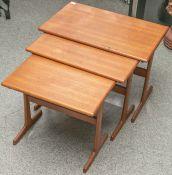 """3-teiliger Satztisch (wohl 1970er Jahre), aus Tropenholz, Unterbodenherstellerstempel """"VM"""""""