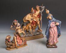 Konvolut von 2 kl. Holzfiguren, Darstellung von Maria u. die Taufe von Christus, dazu eine