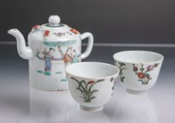 Teekanne m. 2 Koppchen (wohl China, 19. Jahrhundert), Porzellan m. polychromer