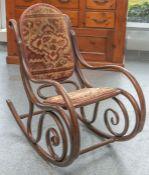 Eleganter Schaukelstuhl (wohl um 1900) aus Bugholz in Nußfarben gebeizt, Rücken und Sitz