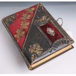 Altes Fotoalbum (zweite Hälfte 19. Jahrhundert), Lederstoff und Metalleinband, mit