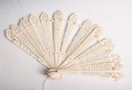 Antiker Fächer aus Bein (wohl 19. Jahrhundert), filigran aus 19 einzelnen Blättern