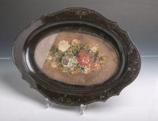 Ovales Tablett mit Perlstickarbeit (wohl 19. Jahrhundert), aus schwarz lackiertem