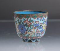 Koppchen (China, wohl Anfang 20. Jahrhundert), mit Cloisonné, außenseitig mit polychromen