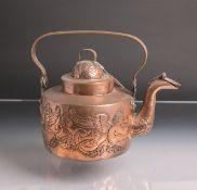 Wasserkessel aus Kupfer (wohl 18. Jahrhundert), rundumlaufend ausgefallene Treibarbeit
