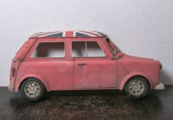 Blechmodell von Mini Cooper, Dekorationselement, halbes Fahrzeug m. britischer Flagge auf