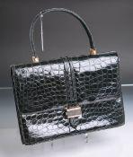 Damentasche aus Krokodilleder, Farbe: Schwarz, goldenfarbene Beschläge, flaches Fach an