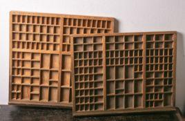 Zwei antike original Setzkästen/Schubladen (wohl 19./20. Jahrhundert), mit verschiedenen