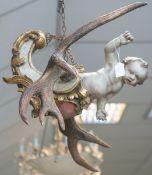 Lüstermännchen / Deckenlampe (18. Jahrhundert), geschnitzte Figur eines Putto m.