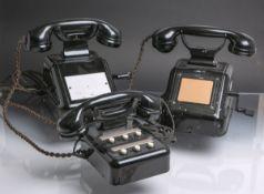 """3 alte Vermittlungstelefone von """"Siemens"""" (wohl 1930-50er Jahre), Bakelitgehäuse."""
