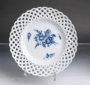 Teller mit Durchbruchsrand aus Porzellan von Meissen (blaue Unterbodenschwertermarke mit