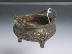 Henkelkörbchen (China, Unterbodenmarke, wohl um 1910), aus Bronze, patiniert, auf drei