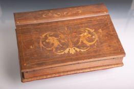 Reiseschreibaufsatz aus Mahagoniholz (wohl um 1820/30), Deckel mit Intarsienarbeit in Form