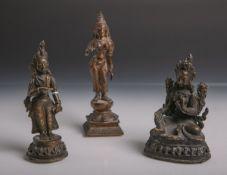 Konvolut von 3 kl. Bronzefiguren versch. Gottheiten (Indien, wohl 19. Jahrhundert), davon