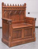 Kl. Sitzbank (im neogotischen Stil, 19. Jahrhundert), Nußholz, Sitz m. Klappendeckel, ca.