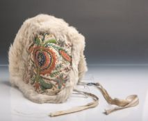 Trachtenhaube (Siebenbürgen, wohl 19. Jahrhundert), fein bestickt, teils mit Fell.
