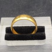 A 22 ct yellow gold wedding band (4.7g)