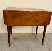 Pembroke mahogany table on turned tapering legs (H72cm W82cm D49cm)