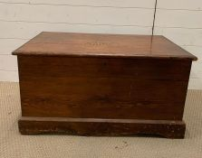 A wooden trunk with handles to side (H43cm W84cm D53cm)