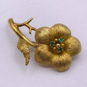 An 18 ct yellow gold floral themed brooch, (Total Weight 5.6g)