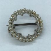 A seed pearl brooch, marked 15 ct (Total Weight 3.5g)