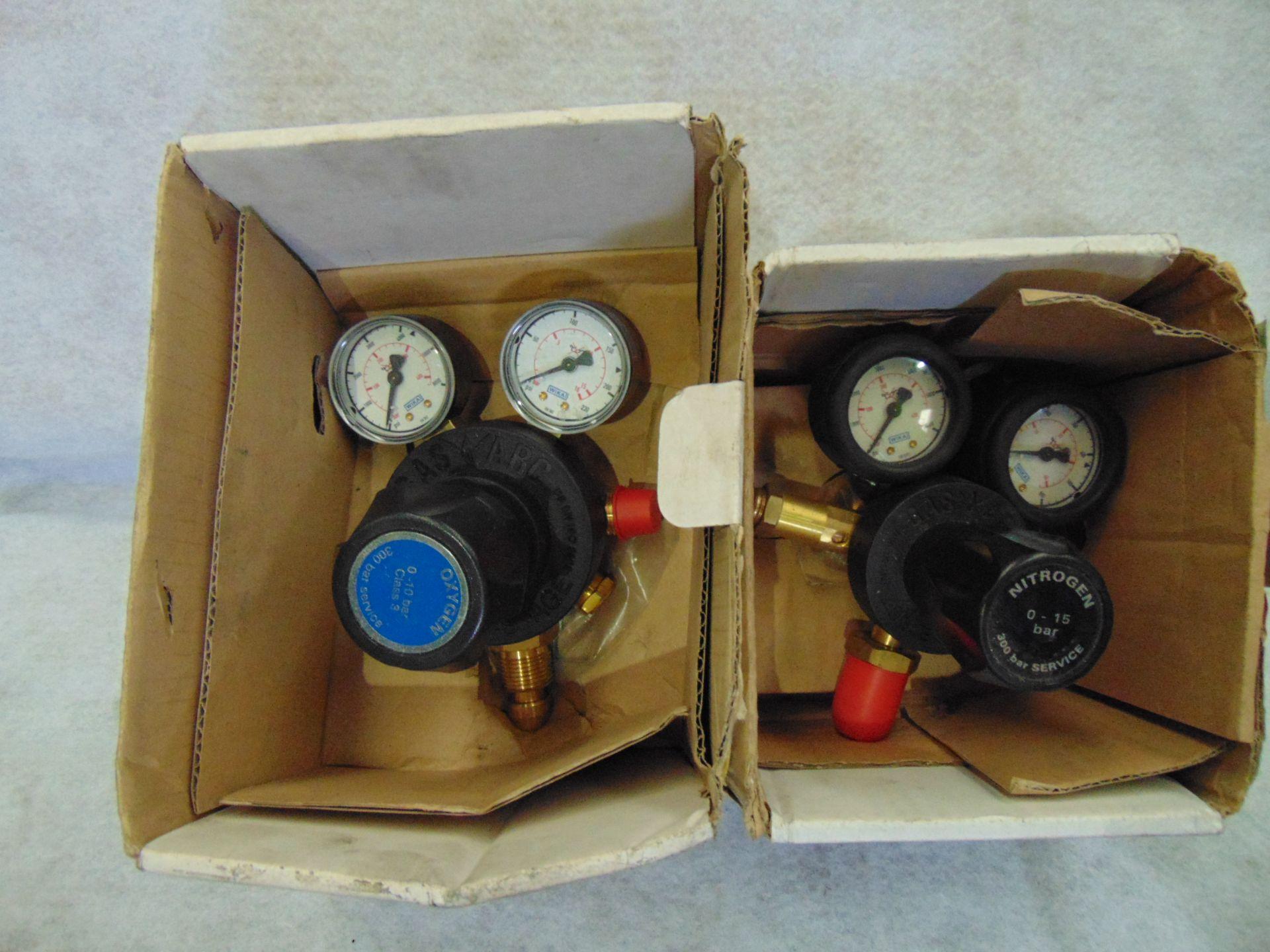 Los 40 - 1 x Two Stage Oxygen Pressure Regulator 1 x One Stage Nitrogen Pressure Regulator