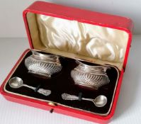 A cased Edwardian pair of silver salts with spoons by Joseph Gloster, Birmingham, 1904, case damaged