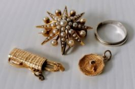 A Victorian-style star brooch with pearl decoration on yellow metal, unmarked, 8.9g together with