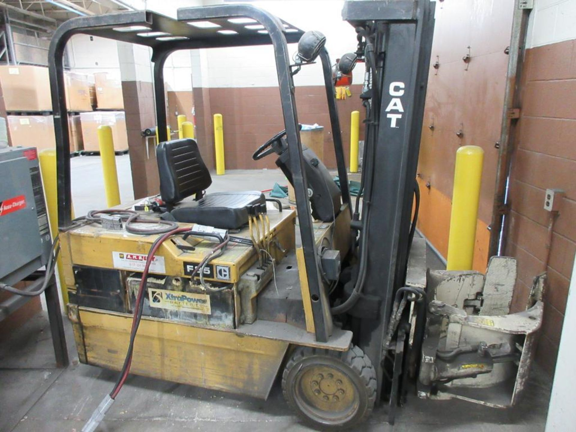 """Caterpillar 3,250 lb capacity, 3 wheel electric clamp forklift, model F35, 3 stage mast, 191"""" lift h - Image 4 of 10"""