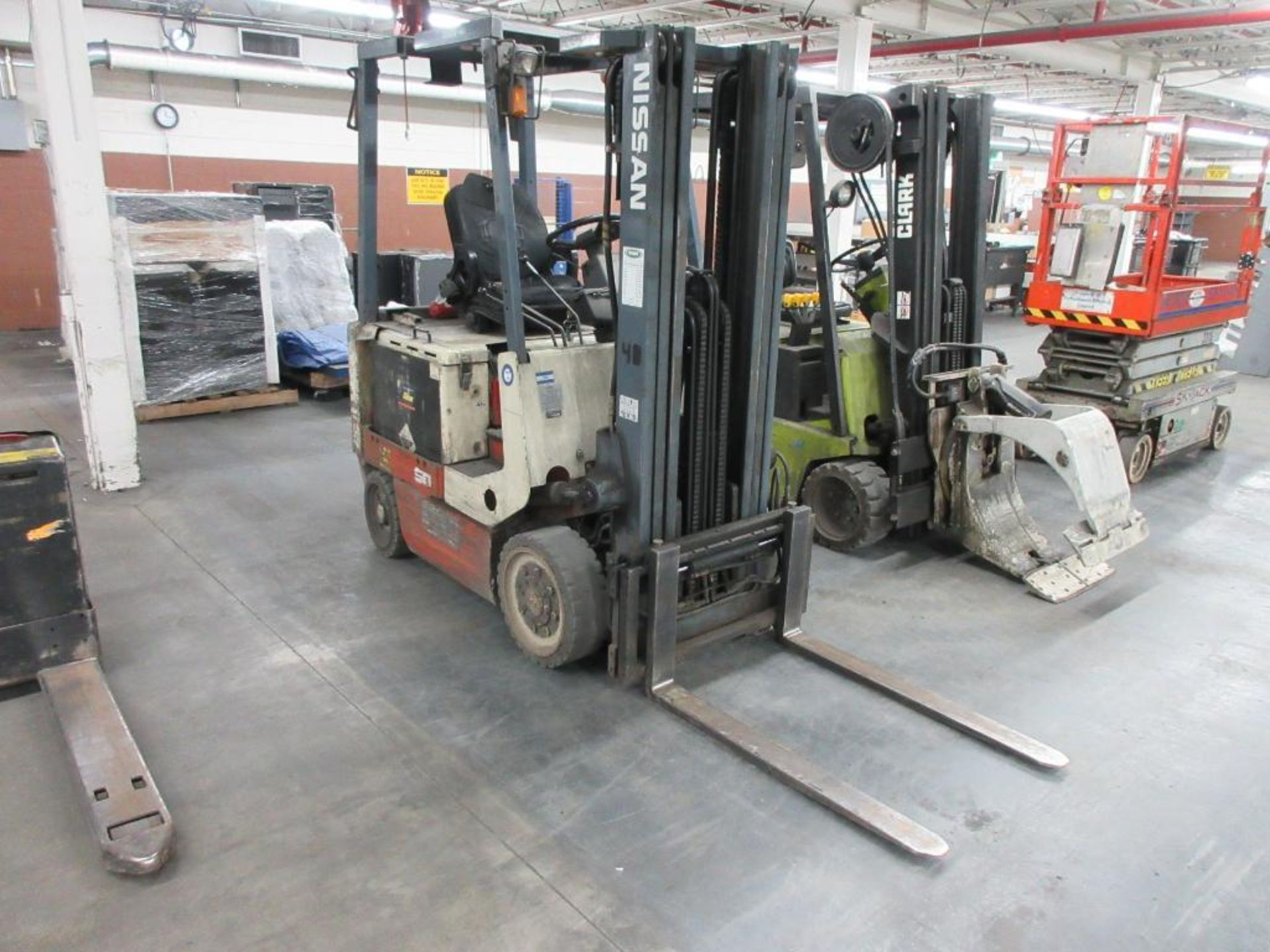 "Nissan 4,400 lb capacity electric forklift model CWP02L25S, 3 stage mast, side shift, 42"" forks, 187 - Image 2 of 7"