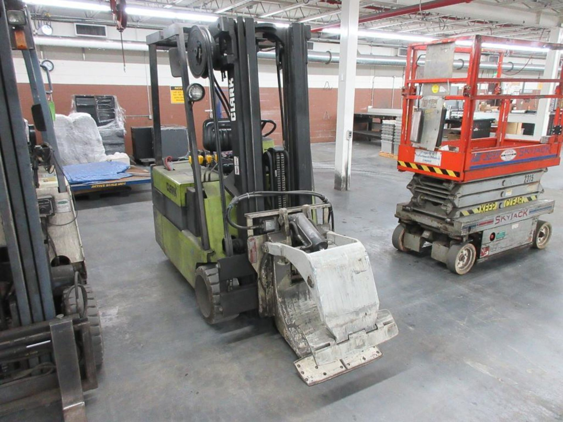 """Clark 4,500 lb capacity, 3 wheel electric clamp forklift, model TM25, 3 stage mast, 186"""" lift height - Image 2 of 10"""