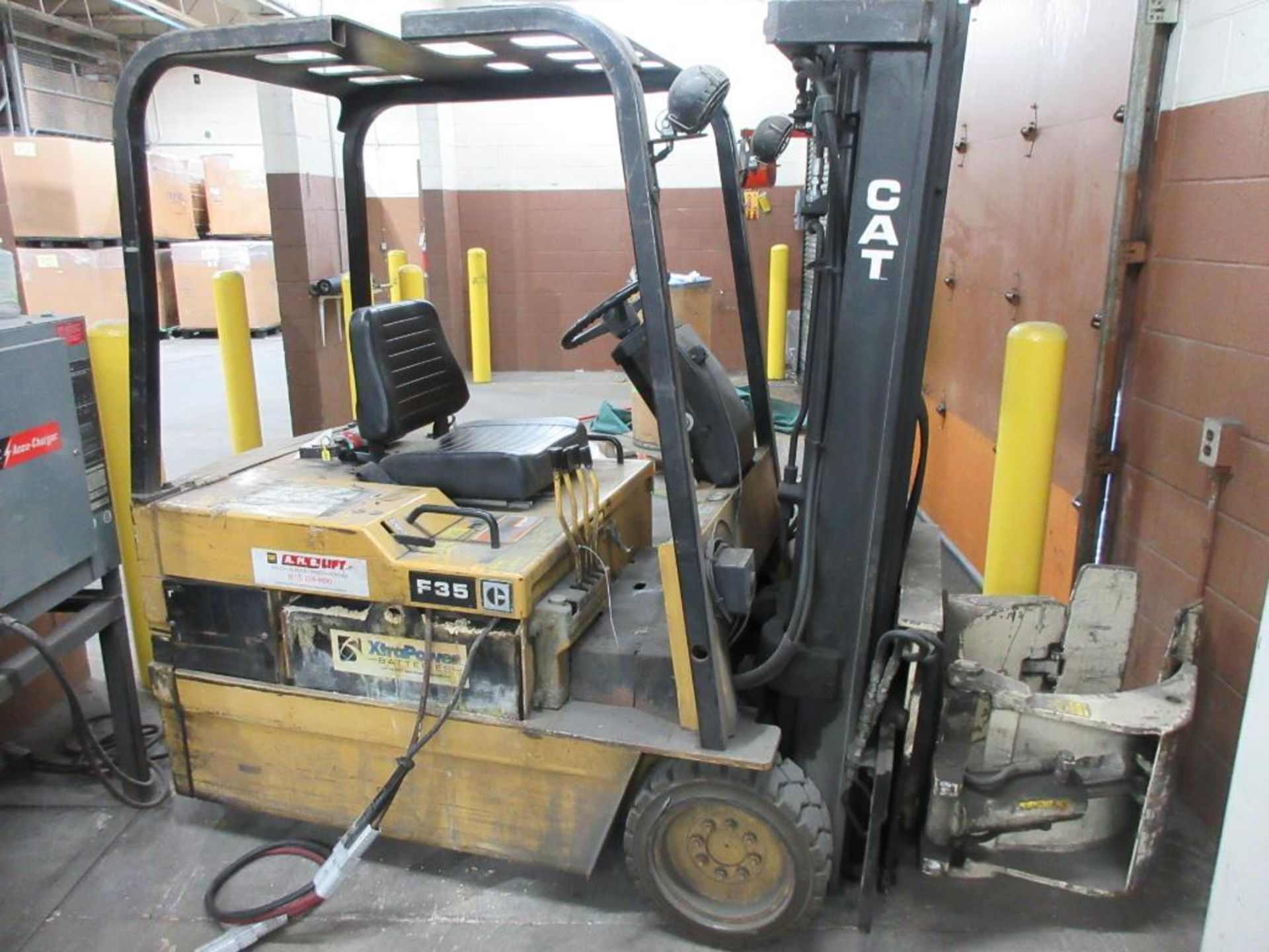 """Caterpillar 3,250 lb capacity, 3 wheel electric clamp forklift, model F35, 3 stage mast, 191"""" lift h - Image 6 of 10"""