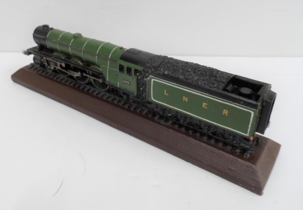Made from British coal is this hand-painted model of the Flying Scotsman, 30 cm long - Image 4 of 5